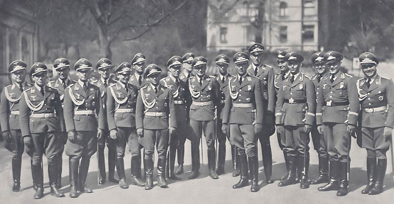 Molders with his officers - 1939